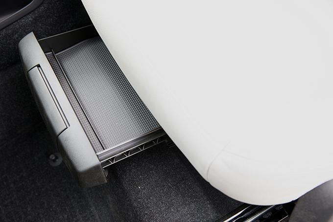Диапазоны продольной ивертикальной регулировки водительского сиденья огромны, но рослым чуть не хватает длины подушки. Выдвижной подколенный валик – привилегия кроссовера вкомплектации R-Design. Авот ящичек длямелочей общедоступен