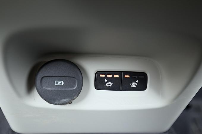 USB-порт ирегулируемые дефлекторы – базовое оснащение. Трехстадийный обогрев внешних секций дивана – часть «зимнего» пакета, куда входят иподогрев руля, ветрового стекла, форсунок его омывателя плюс парковочный подогреватель стаймером