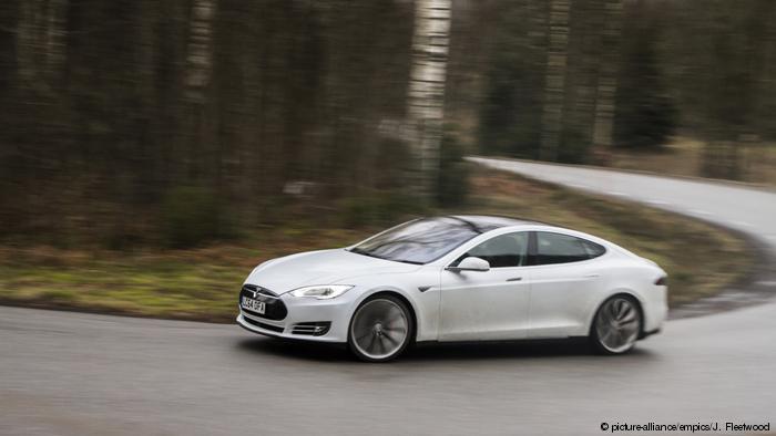 Электроавтомобиль на дороге в Норвегии
