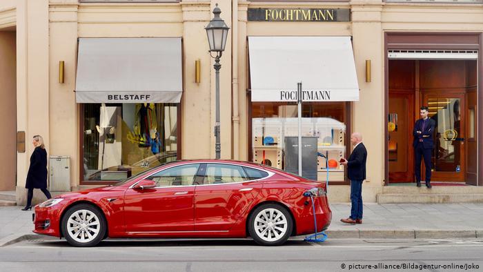 Электромобиль Tesla на улице Максимилианштрассе в Мюнхене