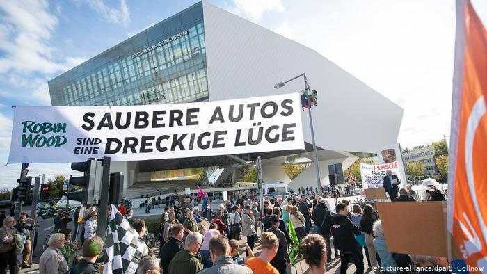 Демонстранты перед музеем Porsche