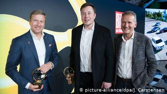 Главы BMW, Tesla и Volkswagen Оливер Ципсе, Илон Маск и Херберт Дис