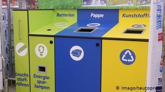 Контейнеры в немецком супермаркете для раздельного сбора отходов.