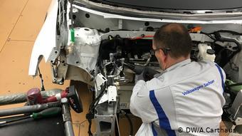 На сборке машин на заводе VW в Цвиккау