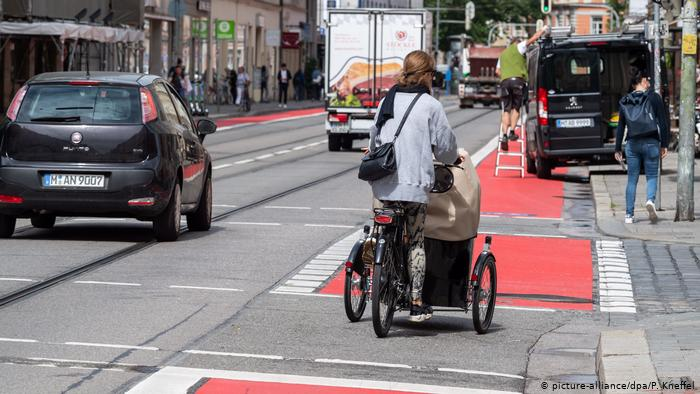 Остановка или парковка на таких велосипедных дорожках теперь обойдется водителям в Германии в 100 евро и один штрафной балл