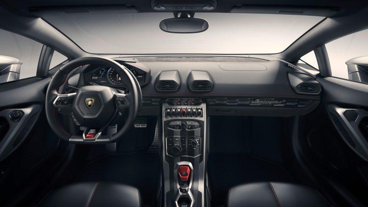 На фотоснимке салон Lamborghini Huracan