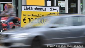 Плакат со скидкой на электромобиль Renault Zoe в 10 000 евро
