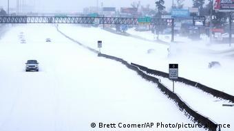Заснеженная полупустая автодорога в штате Техас во время аномального мороза в феврале 2021