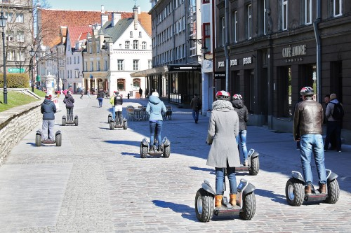 В Таллинне для туристов проводятся экскурсии по городу на сигвеях.