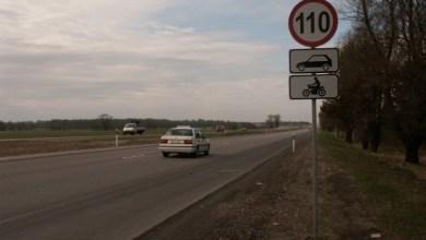 Дорожный знак разрешенной скорости.
