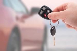 Вручение ключей от новой машины покупателю.