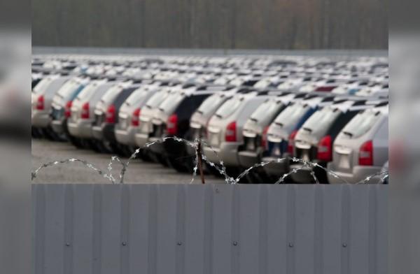 Новые автомобили в ожидании покупателей.