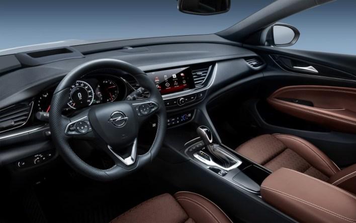 Водительское место новой Opel Insignia.