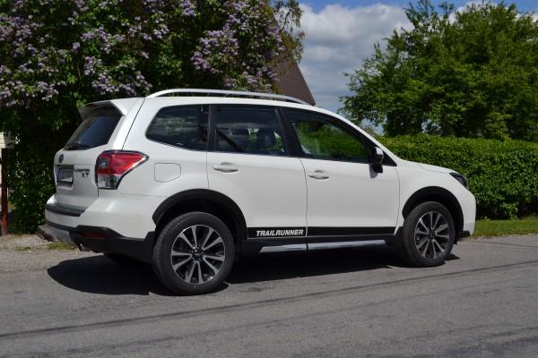 На дороге Subaru Forester XT Sport.