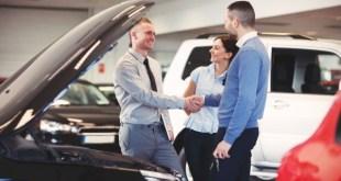 Продажа машины в автосалоне.