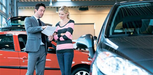 В салоне автодилера идет процесс продажи.