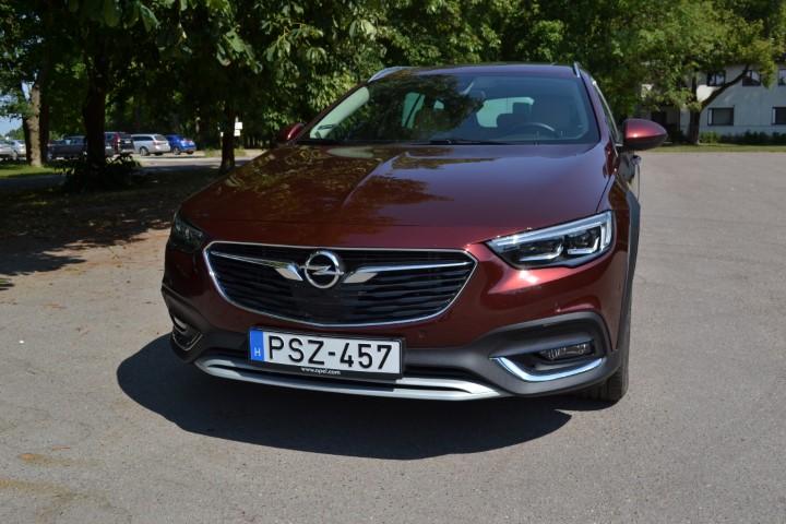 Фото Opel Insignia Country Tourer турбодизель 4x4 - вид спереди.