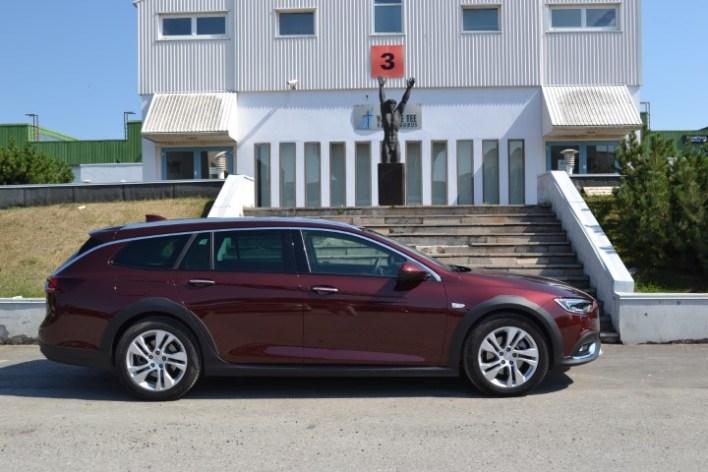 Фото припаркованногого Opel Insignia Country Tourer.