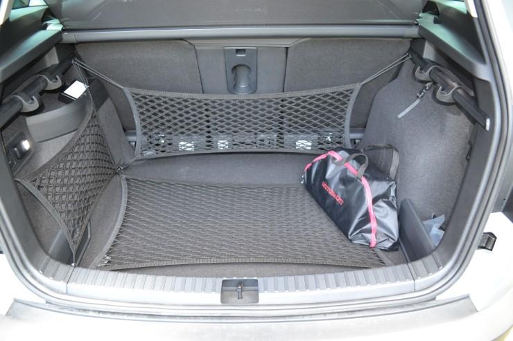 На фото багажник Skoda Karoq.