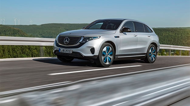 Mercedes-Benz EQC 400 4MATIC, (BR N293) / Hightechsilber / Interior: Electric Art / Der neue Mercedes-Benz EQC - der erste Mercedes-Benz der Produkt- und Technologiemarke EQ. Mit seinem nahtlosen klaren Design ist der EQC ein Vorreiter einer avantgardistischen Elektro-Ästhetik mit wegweisenden Designdetails und markentypischen Farbakzenten außen wie innen. / Der neue Mercedes-Benz ECQ (Stromverbrauch kombiniert: 22,2 kWh/100 km; CO2 Emissionen kombiniert: 0 g/km, Angaben vorläufig) // Mercedes-Benz EQC 400 4MATIC, (BR N293) / hightech silver / Interior: Electric Art / The new Mercedes-Benz EQC - the first Mercedes-Benz under the product and technology brand EQ. With its seamless, clear design, the EQC is a pioneer for an avant-garde electric look with trailblazing design details and colour highlights typical of the brand both inside and out. / The new Mercedes-Benz EQC (combined power consumption: 22.2 kWh/100 km; combined CO2 emissions: 0 g/km, provisional figures)