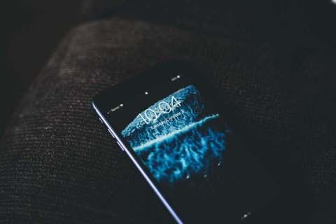 Как переместить часы на экране блокировки iPhone 7
