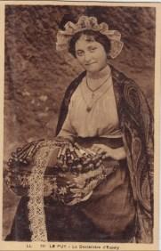 carte postale ancienne représentant une dentellière d'Espaly