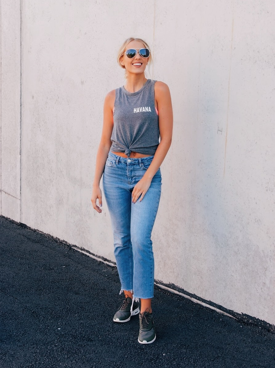 Casual way to wear cropped jeans