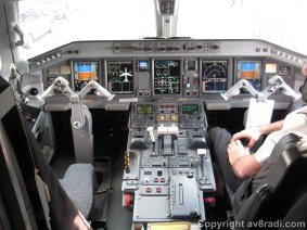 Flight deck of the E-190 (1)