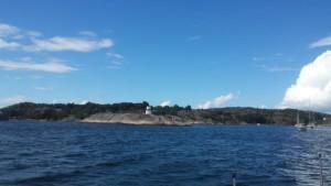 Die Zufahrt nach Marstrand, hier wird's langsam eng. Die Boote kommen uns wie auf einer Perlenschnur aufgereiht entgegen.