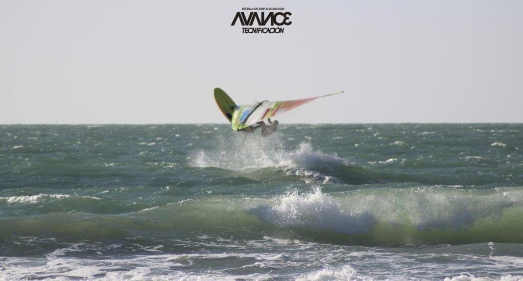 Fernando la madrid usando la tabla olimpica de windsurf rsx