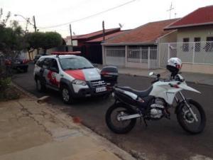 moto e carro da policia estacionados na rua