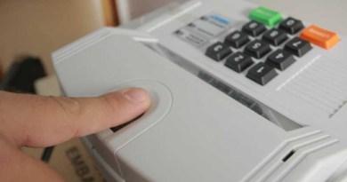 urna eletrônica fazendo a biometria