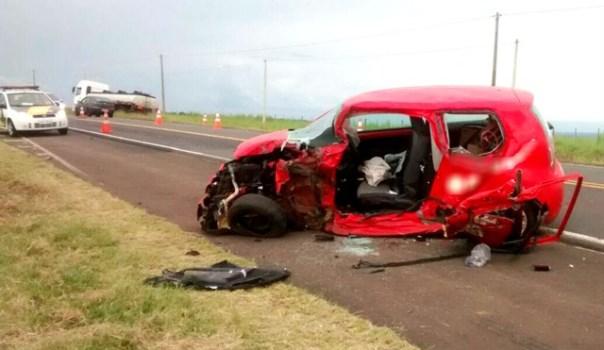 Acidente entre carro e caminhão deixa um morto na SP-255