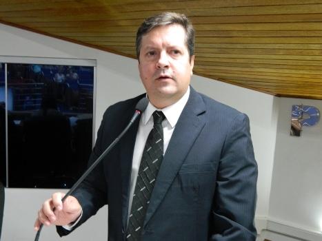 Alessandro Rios discursa na tribuna da Câmara