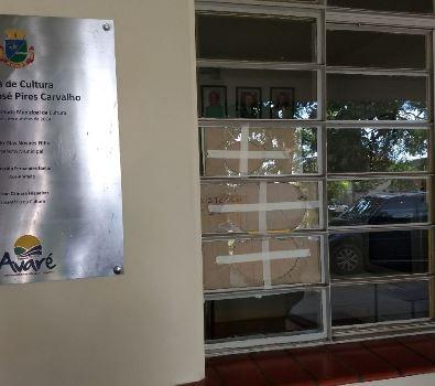 janela danificada e protegida com papelão