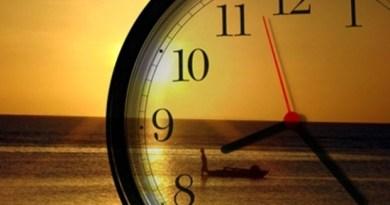 relógio com mar e sol ao fundo