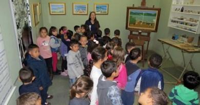 jovens acompanham pintura na sala Djanira