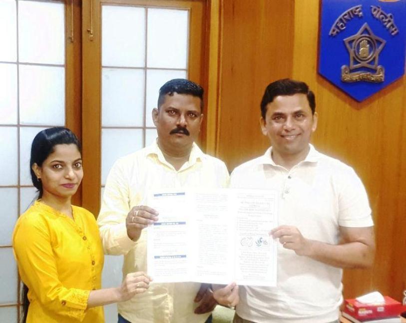 आयपीएस (भापोसे) अधिकारी कैसर खालिद विशेष महानिरीक्षक महाराष्ट्र राज्य पॉज मुंबईच्या माहितीपत्रकाचे प्रकाशन करताना