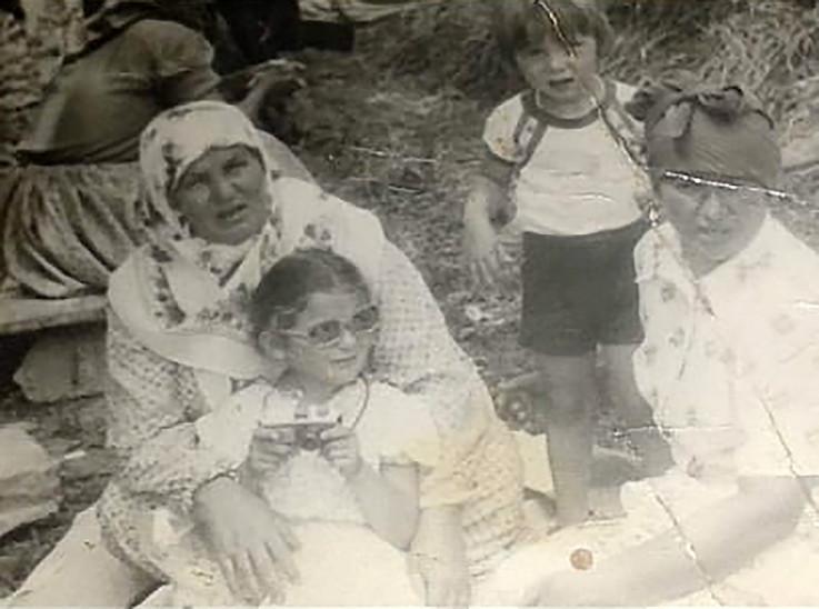 Zemina u krilu mame Hanke 1983. godine, s Hankinom sestrom, tetkom Fatimom i djevojčicom Enisom, koju je tetka posvojila