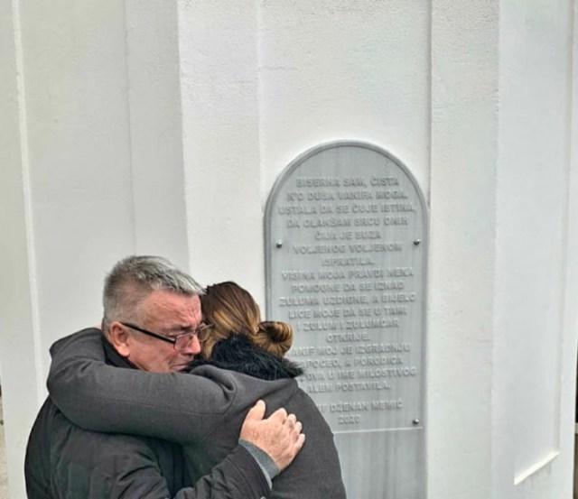 Bolni zagrljaj oca i sestre pored spomen-ploče