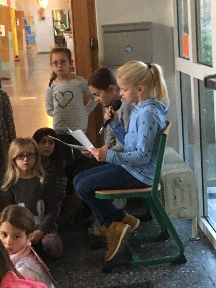 Paula und Sofie lesen von der mutigen Greta vor, die den Mut-Engel getroffen hat.
