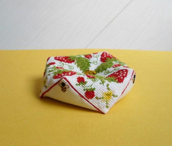 biscornu-fraises-abeilles.jpg