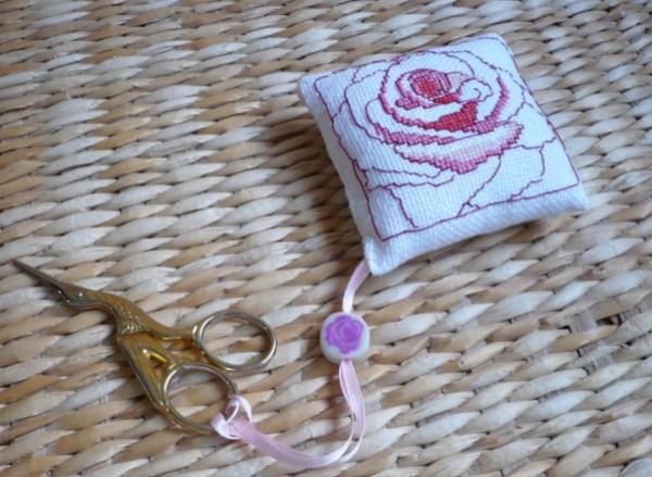 coussin-pour-ciseaux-broderie-rose.jpg