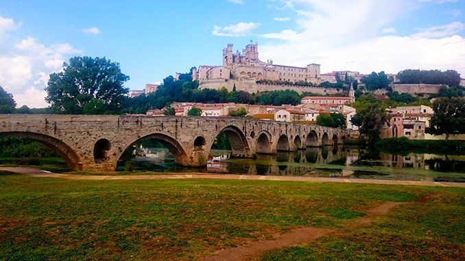 Otra imagen del Pont Vieux cruzando el río Orb, con la catedral al fondo