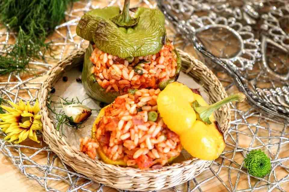 peperoni ripieni con pomodoro e piselli