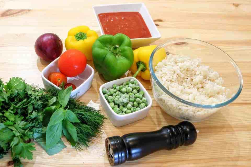 ingredienti per peperoni ripieni con pomodoro e piselli