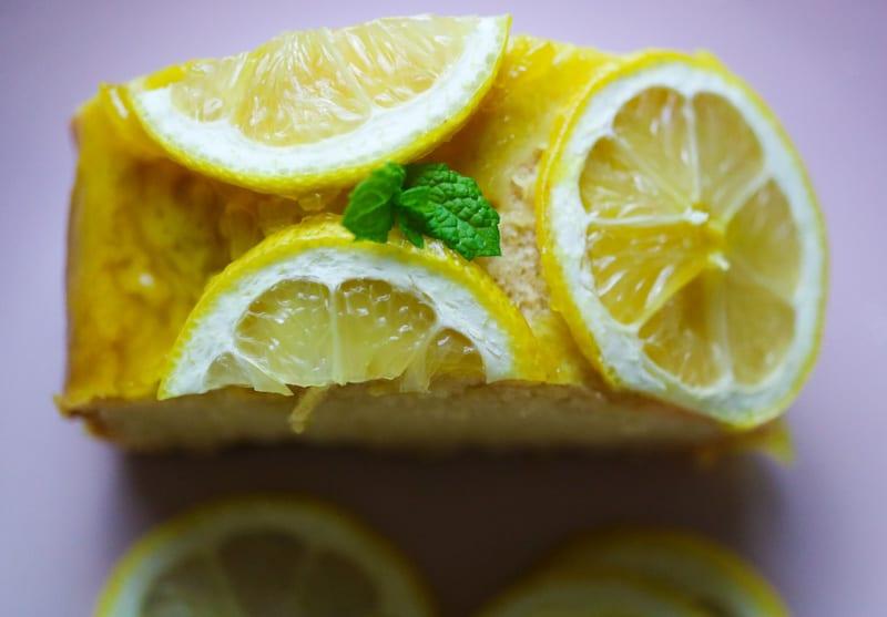 fetta della torta fragrante al limone dall'alto