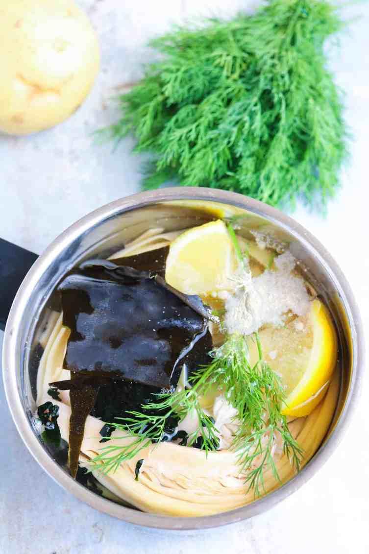 marinatura dei banana blossom per fish cakes vegan con limone, alghe, finocchietto selvatico e spezie