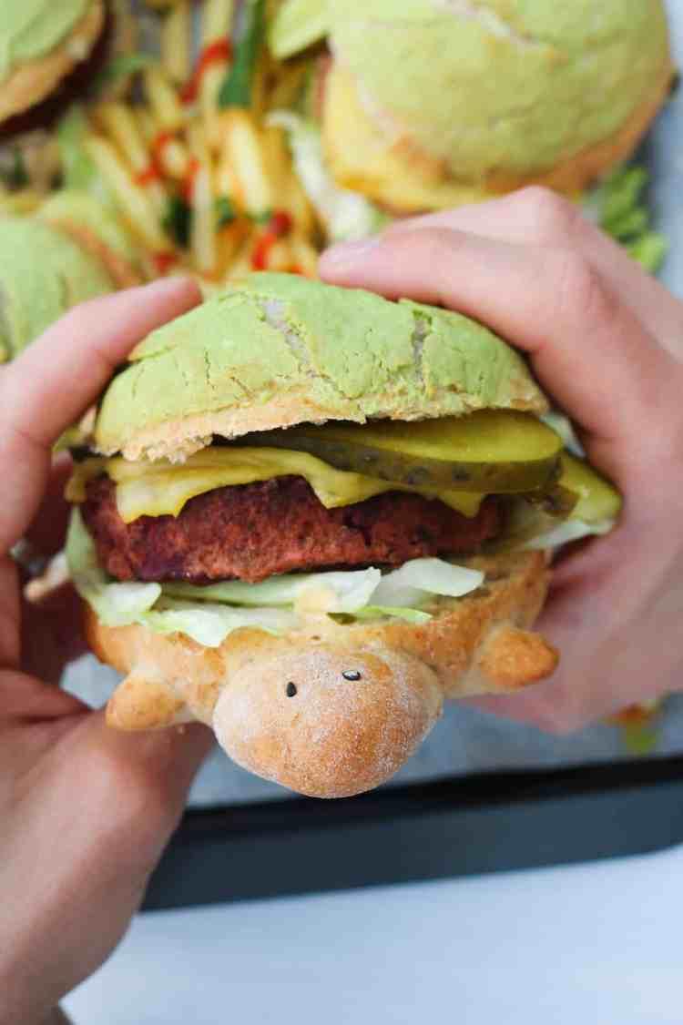 Panino Tartaruga ripieno di hamburger vegano