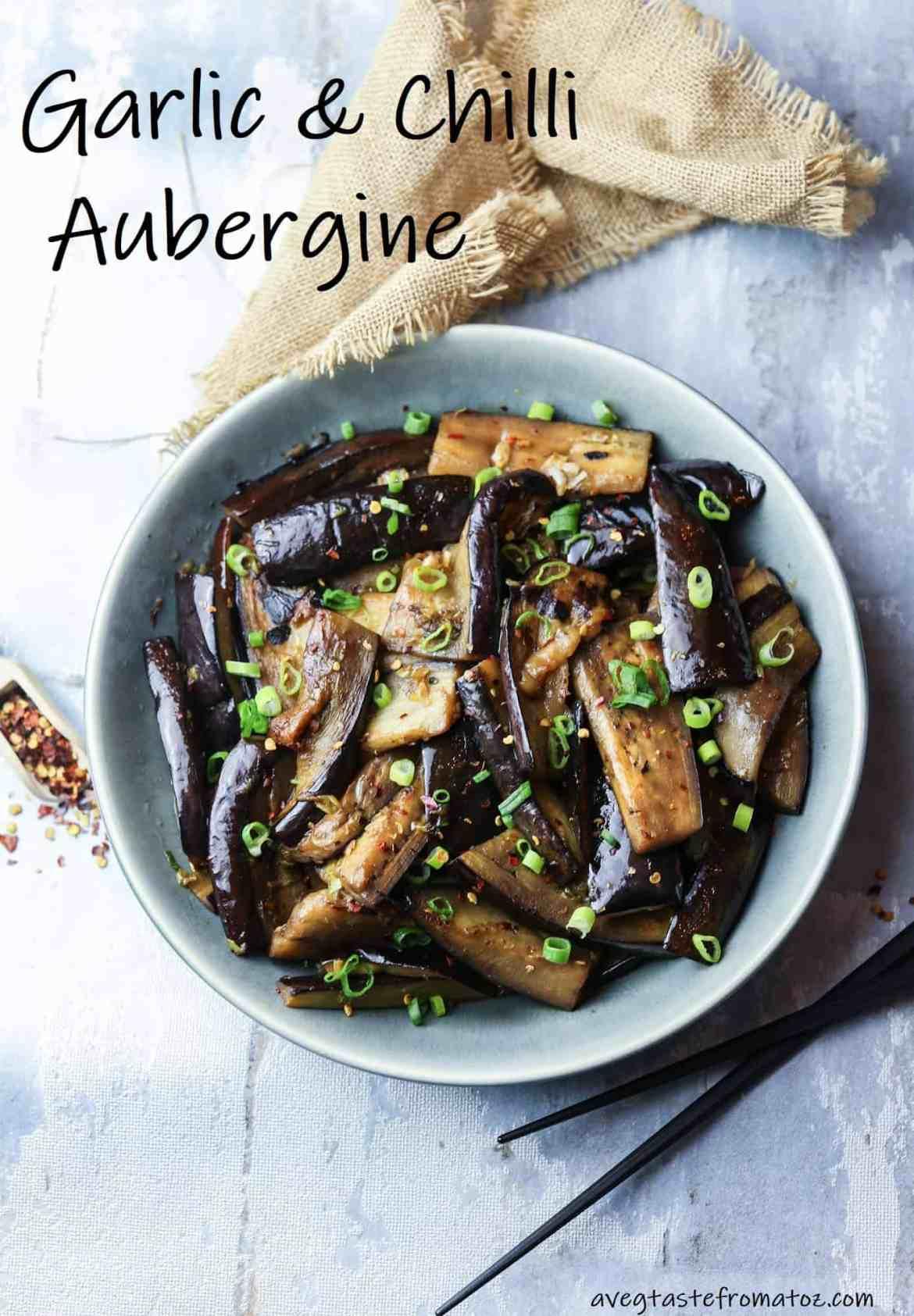 Di ispirazione asiatica, queste melanzane all'aglio e peperoncino sono il contorno perfetto per accompagnare noodle o piatti a base di tofu o seitan.